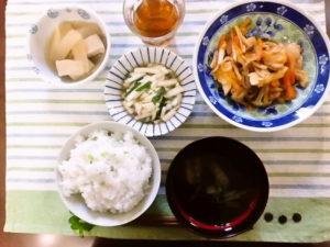 2016年11月29日の献立 ひつじ雲の献立:鶏肉の韓国味噌炒め 高野豆腐の煮物 甘酢和え ご飯 わかめスープ (白玉ぜんざい)