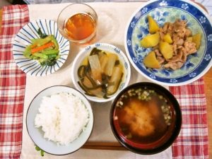 2017年9月21日の献立 ひつじ雲の献立:豚肉とサツマ芋の中華風 ナムル 大根と昆布の旨煮 ご飯 味噌汁 (小倉ホットケーキ)